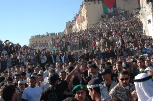 """""""Tausende Palästinenser warten im Amtssitz der Autonomiebehörde auf die Ankunft des Leichnams Arafats"""""""