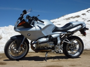 Spoilsports BMW R1100S on top of Independence Pass (Colorado, USA)