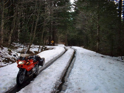 Picture of RBMann's BMW R1100S on an old road up Snoqualmie Pass